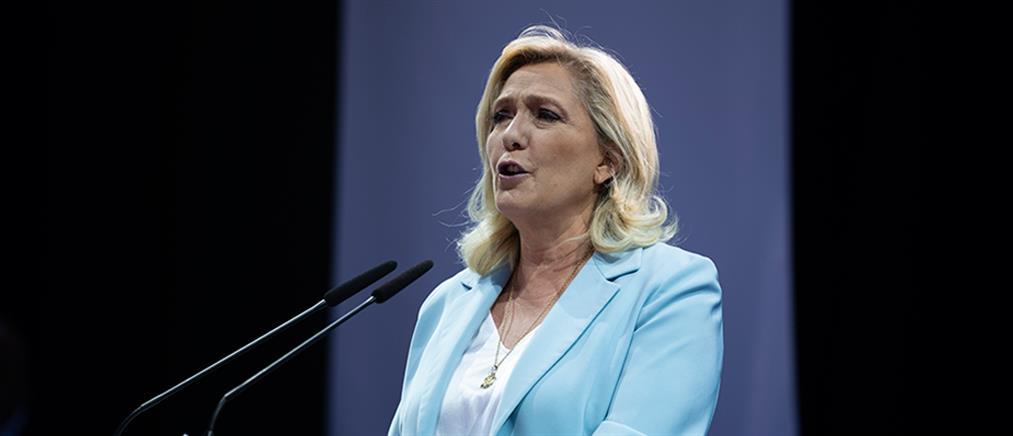 """Γαλλία: Η Λεπέν ξεκίνησε προεκλογική εκστρατεία παραδίνοντας τα """"κλειδιά"""" του κόμματος"""