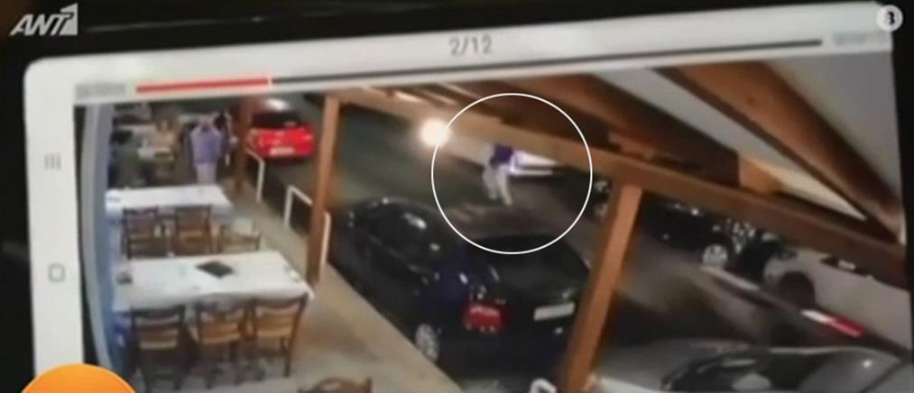 Σερβιτόρος παρασύρθηκε από μηχανή (βίντεο-ντοκουμέντο)