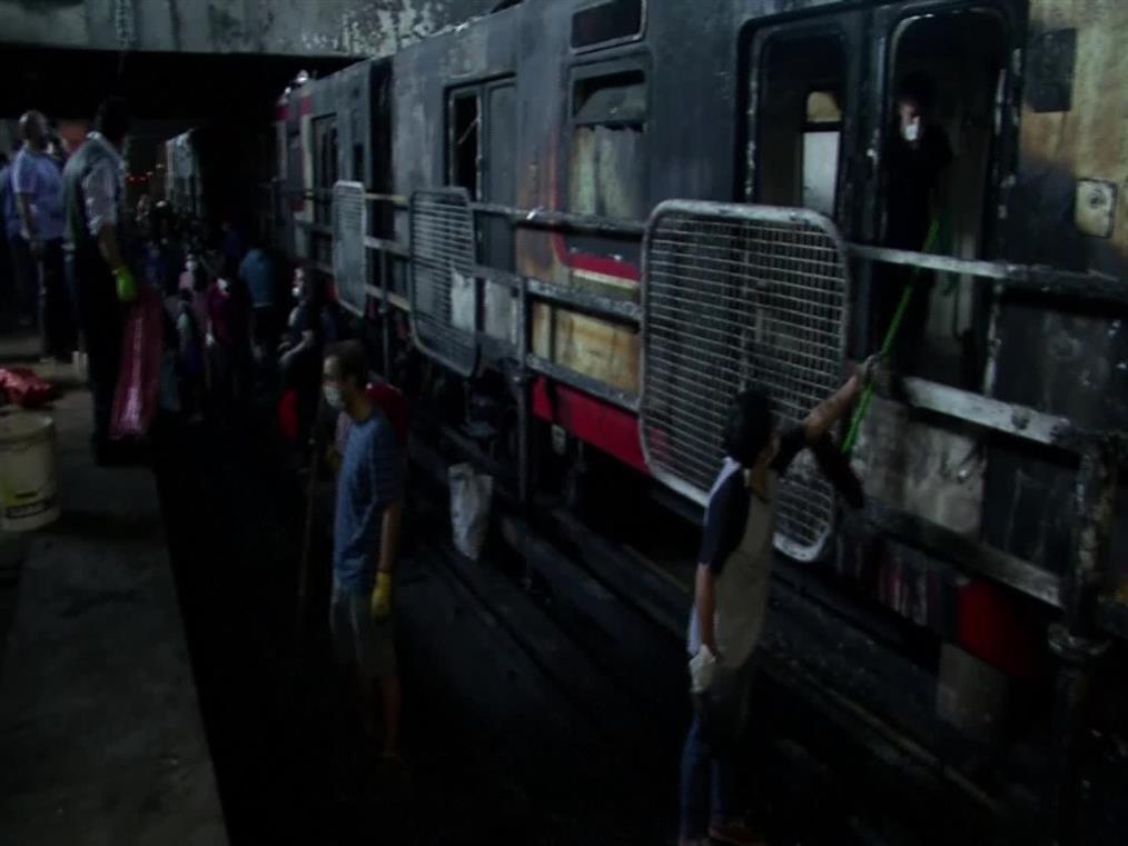 Τα..σπασμένα μαζεύουν κάτοικοι του Σαντιάγκο