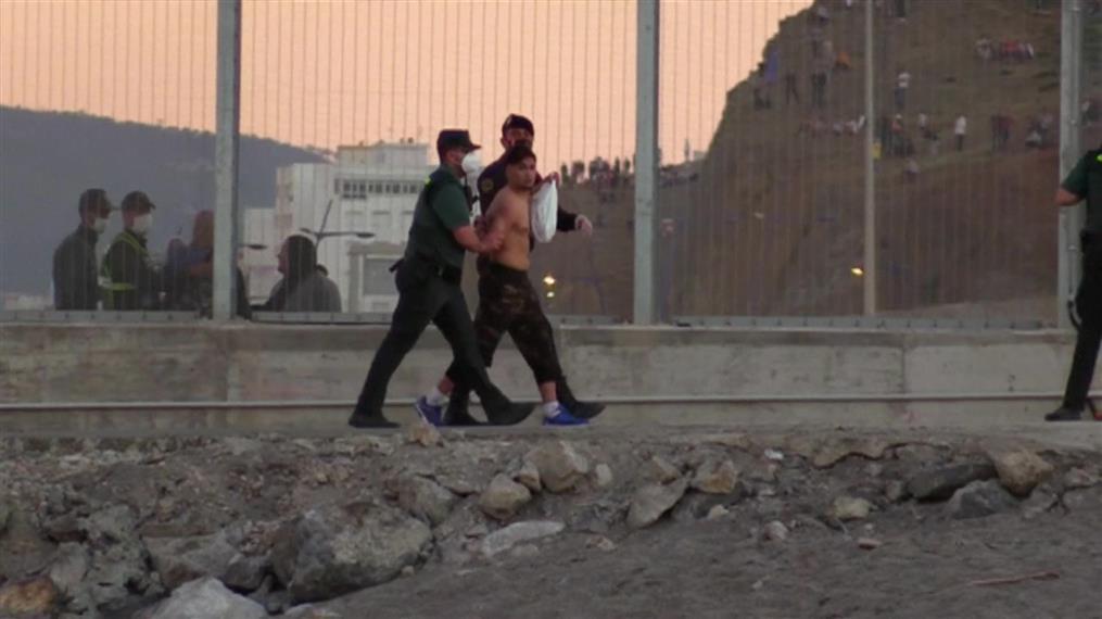 Μετανάστες φτάνουν κολυμπώντας στην Ισπανία
