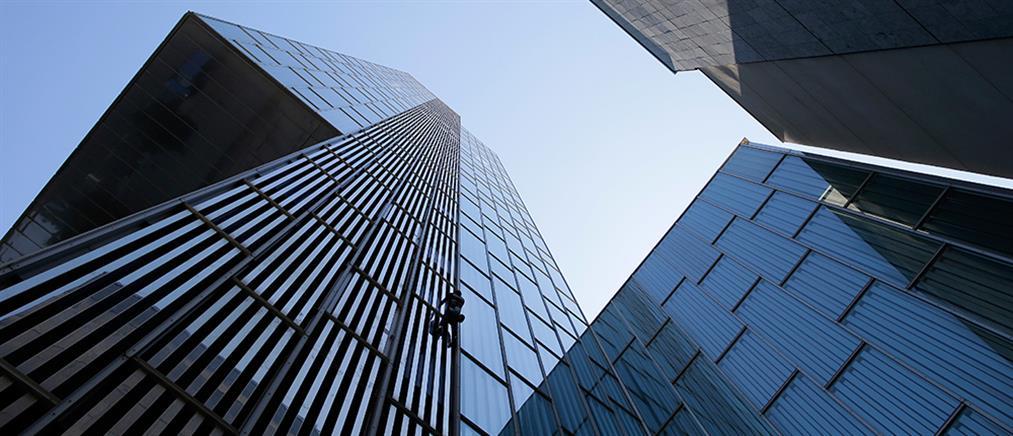 """Spiderman"" αναρριχήθηκε σε ουρανοξύστη της Βαρκελώνης (βίντεο)"