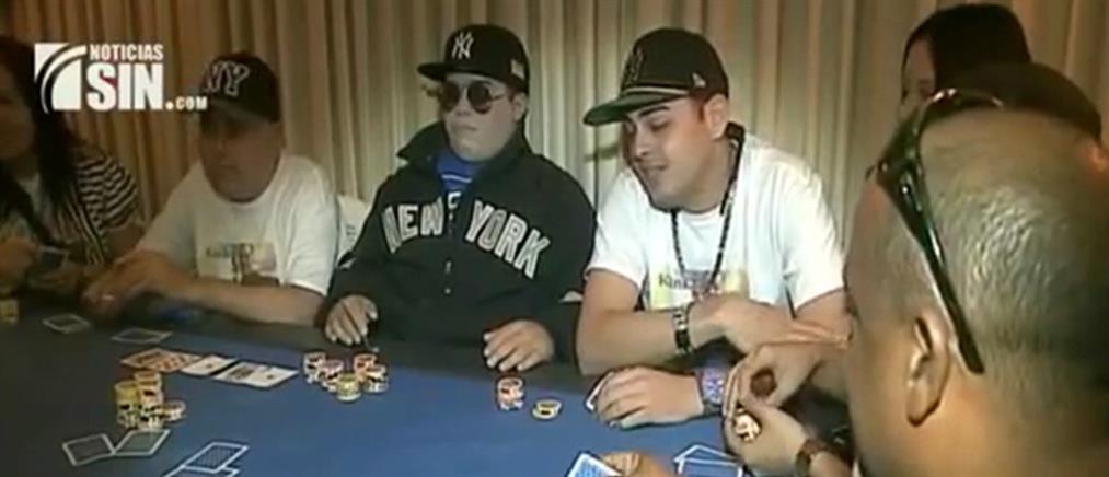"""Ταριχευμένος άντρας """"δίνει ρέστα"""" παίζοντας πόκερ με τους φίλους του (φωτό & βίντεο)"""