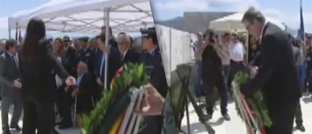 Βίντεο: ο Μανώλης Γλέζος παραμερίζει τη Ζωή Κωνσταντοπούλου στο Δίστομο