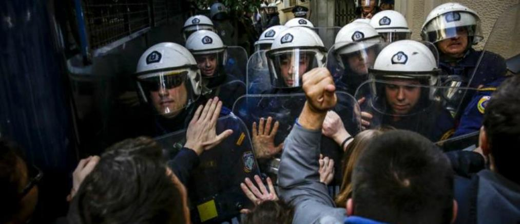 Πλειστηριασμοί: χημικά και ξύλο μεταξύ διαδηλωτών και ΜΑΤ
