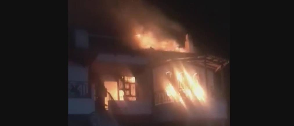Στις φλόγες παραδόθηκε σπίτι στο Βραχάτι (βίντεο)