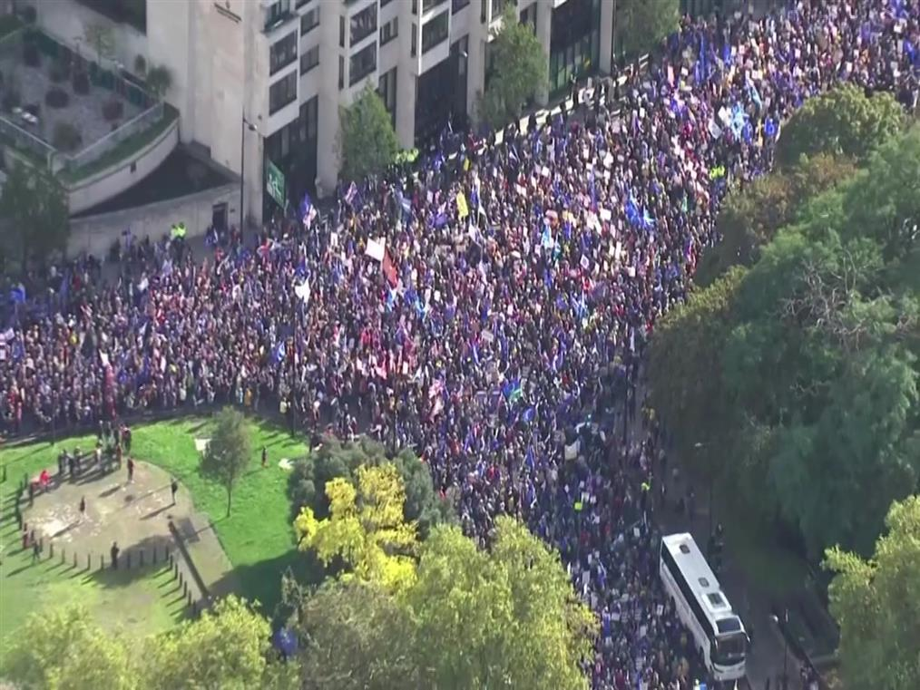 Εκατοντάδες χιλιάδες διαδηλώνουν κατά του Brexit