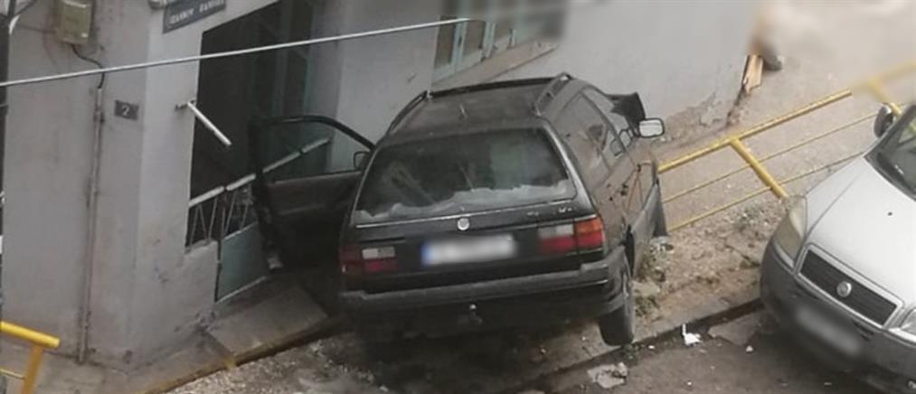 """Αυτοκίνητο """"καρφώθηκε"""" σε σπίτι στην Θεσσαλονίκη (εικόνες)"""