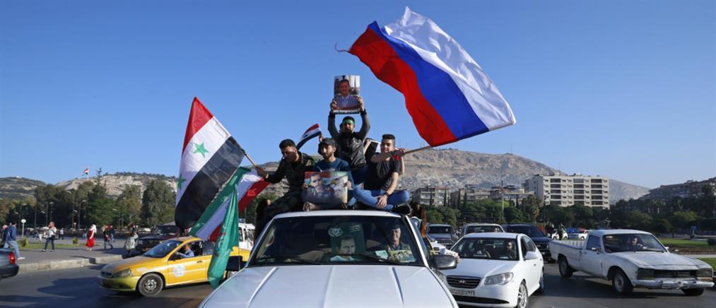 Βγήκαν στους δρόμους με σημαίες στην Δαμασκό (βίντεο)