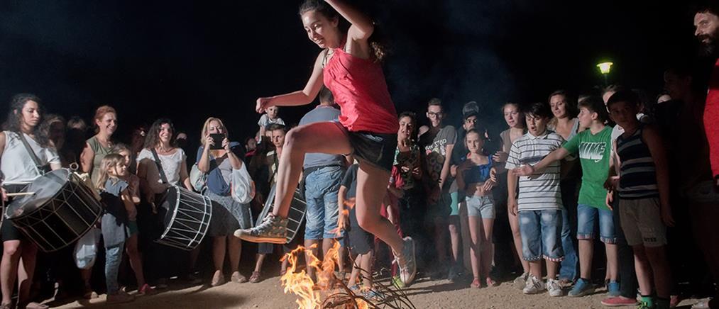 """Το έθιμο του Κλήδονα: Οι φωτιές του Άη Γιάννη, το """"αμίλητο νερό"""" και τα μαγιάτικα στεφάνια"""