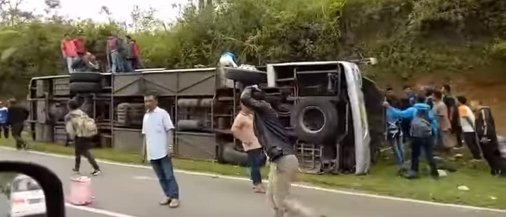Δεκάδες νεκροί από την ανατροπή τουριστικού λεωφορείου (βίντεο)
