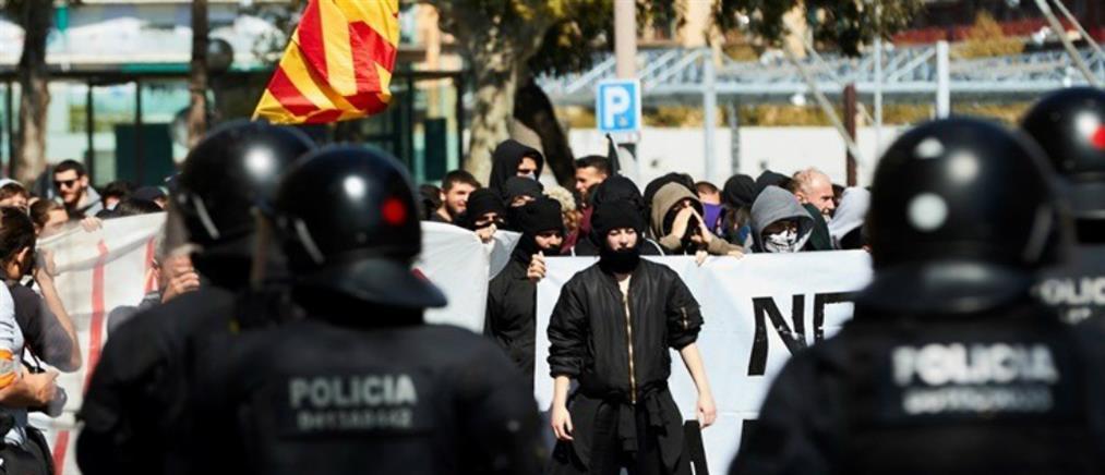 Άγριες συμπλοκές με τραυματίες στη Βαρκελώνη