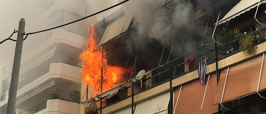 Εγκλωβισμένοι από φωτιά σε πολυκατοικία