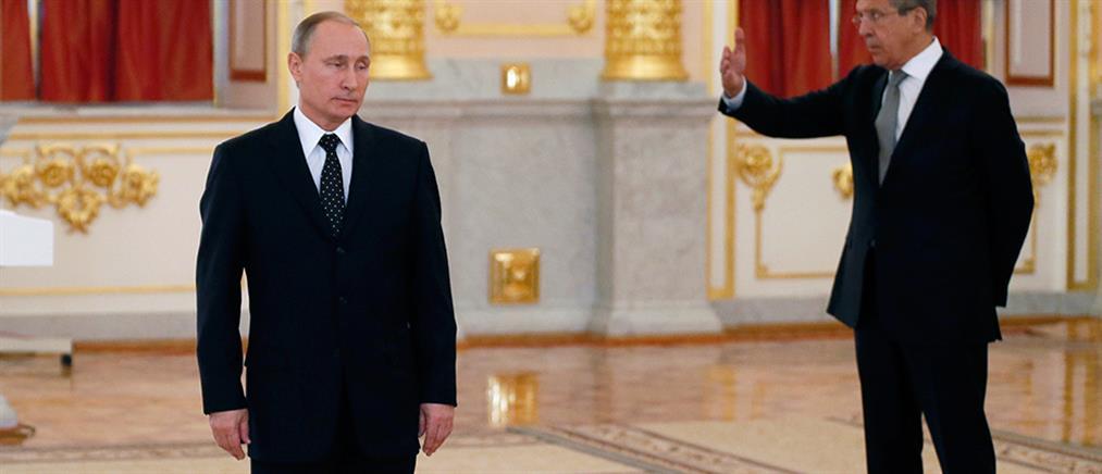 Γιατί ο Πούτιν κρατά ακίνητο το δεξί του χέρι όταν περπατά; - Τι λένε οι ειδικοί