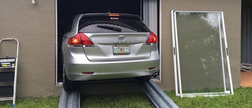 Έβαλαν το αμάξι στο σαλόνι για να το σώσουν από τον τυφώνα Μάθιου (φωτό)
