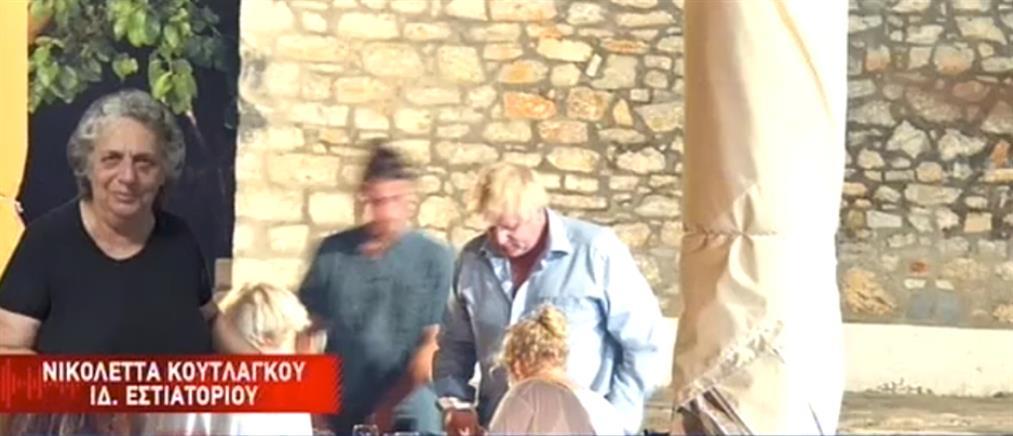 """Η Ελληνίδα ταβερνιάρισσα που αποκάλεσε """"Μπάρμπι"""" τον Μπόρις Τζόνσον μιλά στον ΑΝΤ1 (βίντεο)"""