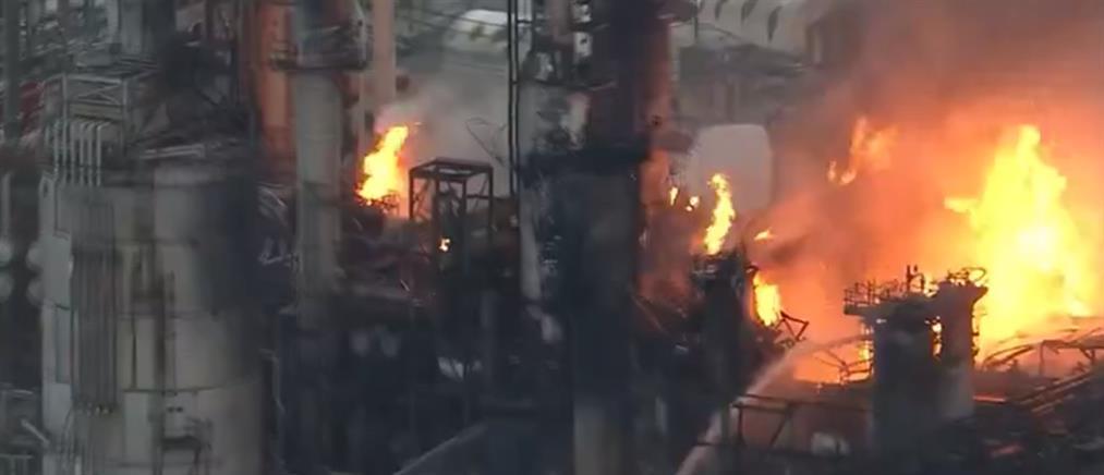 Εκρήξεις και πυρκαγιά σε διυλιστήριο (εικόνες)