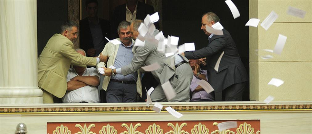 Άνω-κάτω η Βουλή με φέιγ βολάν κατά των ιδιωτικοποιήσεων