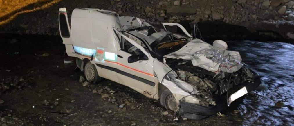 Αυτοκίνητο έπεσε από γέφυρα (εικόνες)