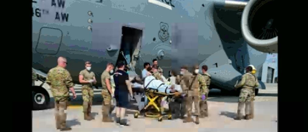 Αφγανιστάν: Γέννησε στο αεροπλάνο που την απομάκρυνε (εικόνες)