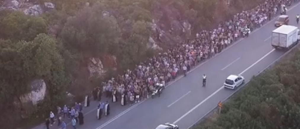Περπάτησαν 5 χλμ για τη χάρη της Παναγίας της Χαρακιανής (βίντεο)