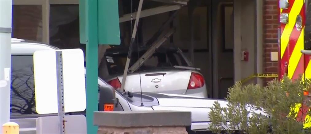 Εισέβαλλε με το αυτοκίνητό του στα επείγοντα και αυτοπυρπολήθηκε (βίντεο)