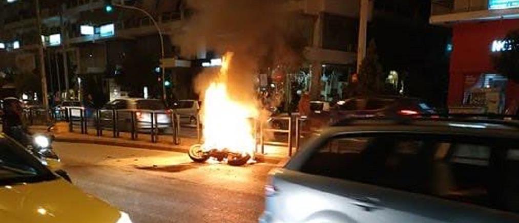 Στις φλόγες μηχανή μετά από σύγκρουση με τζιπ