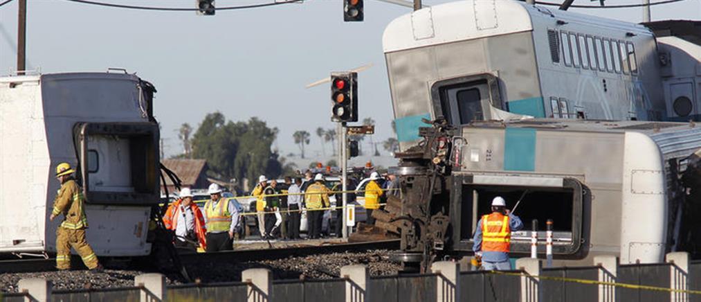 Τρένο συγκρούστηκε με φορτηγό στο Λος Άντζελες