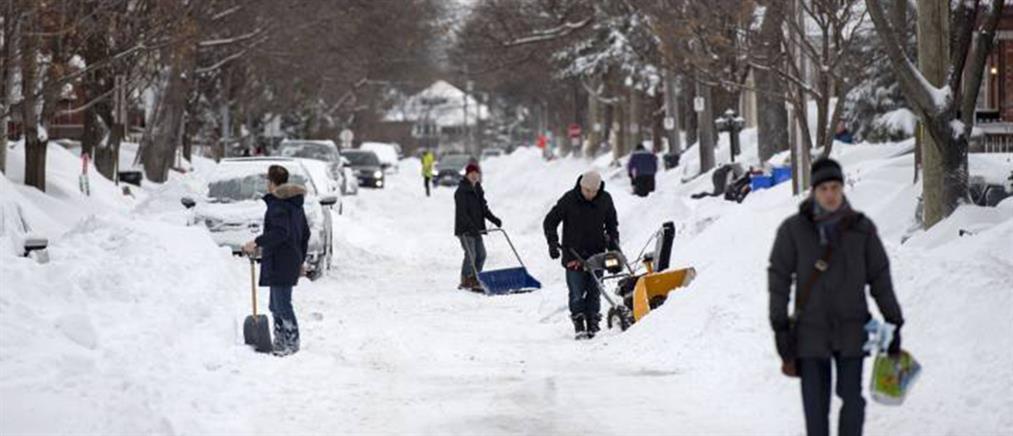 """Σφοδρή χιονοθύελλα """"παρέλυσε"""" τον Καναδά"""