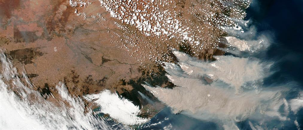 """Συγκλονιστικές εικόνες: Δορυφόρος """"βλέπει"""" την Αυστραλία να καίγεται"""