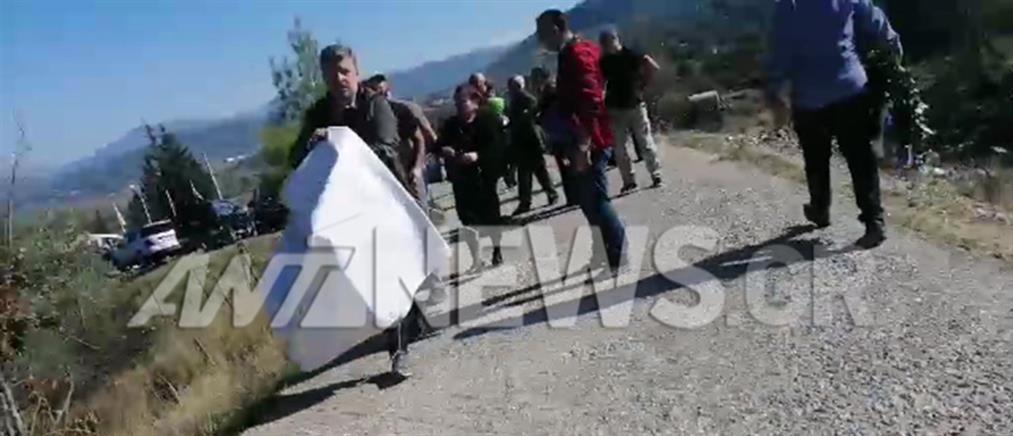 Ένταση στους Βουλιαράτες: αστυνομικοί άρπαξαν πανό από τους γονείς του Κατσίφα (βίντεο)