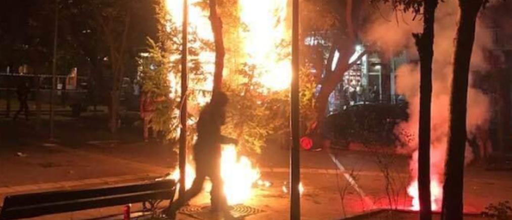 Έκαψαν πάλι το Χριστουγεννιάτικο δέντρο στα Εξάρχεια