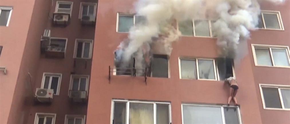 Ηρωική διάσωση γυναίκας από φλεγόμενο διαμέρισμα (βίντεο)