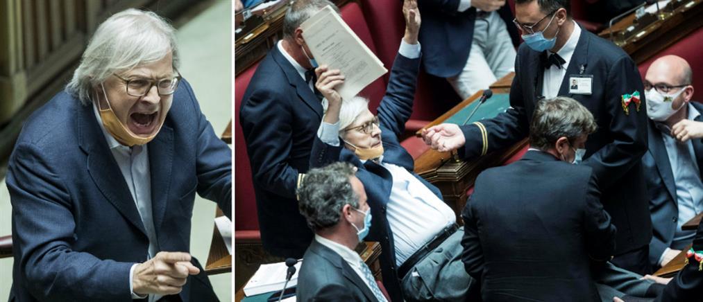 """Ιταλία: """"Σηκωτός"""" απομακρύνθηκε βουλευτής σε έξαλλη κατάσταση (βίντεο)"""