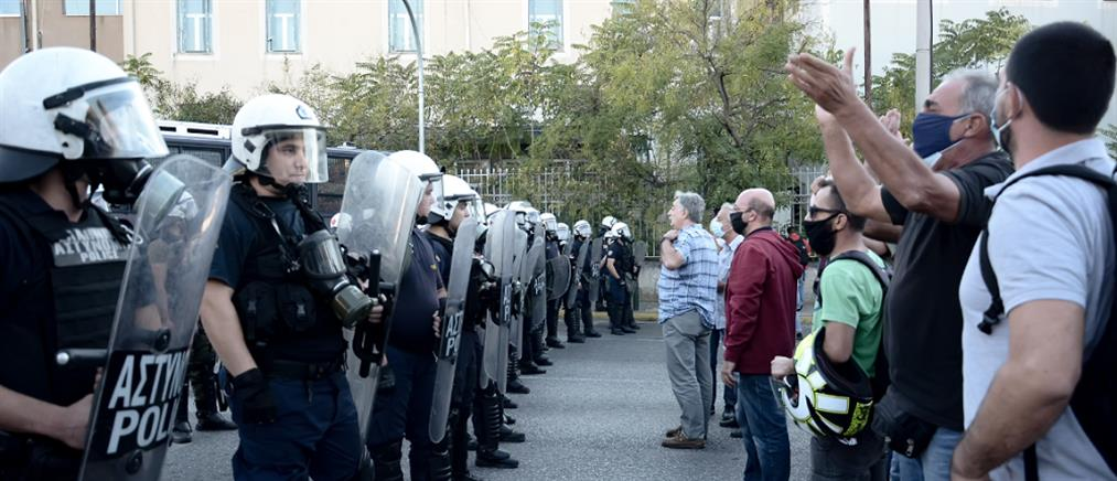 Επεισόδια και χημικά έξω από το υπουργείο Προστασίας του Πολίτη