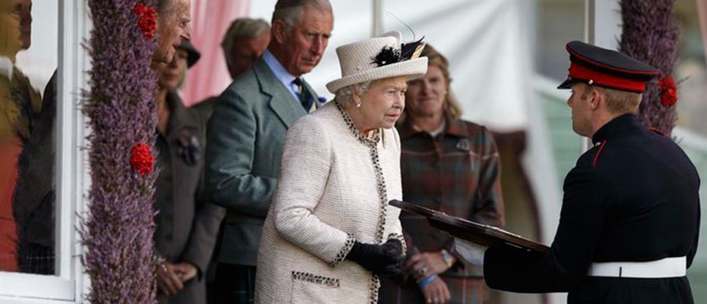 Ανοιχτό μικρόφωνο εκθέτει Κάμερον και βασίλισσα Ελισάβετ