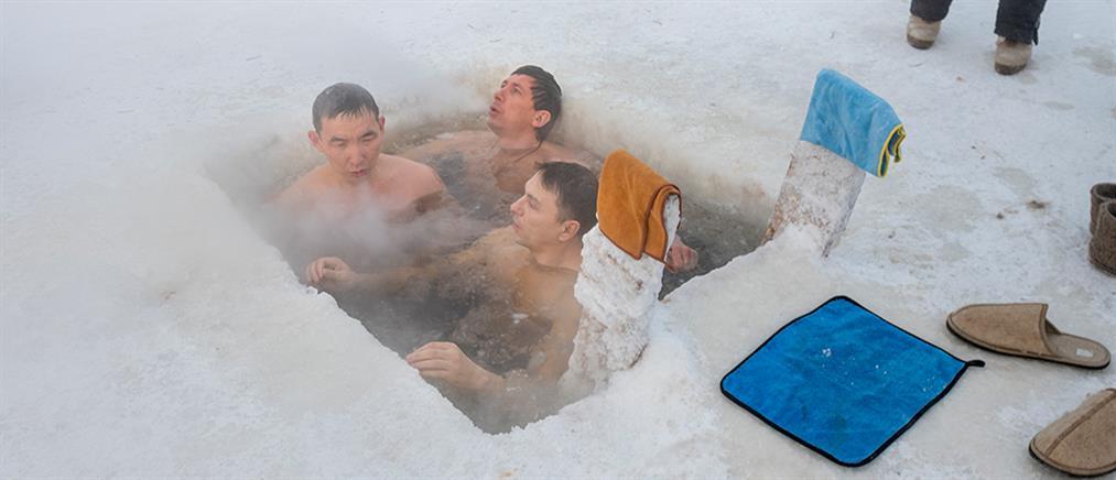 Ρωσία: Θεοφάνια με βουτιές στον …πάγο (εικόνες)