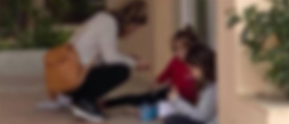 Τηλεκπαίδευση στο… πεζοδρόμιο για δύο παιδιά (εικόνες)
