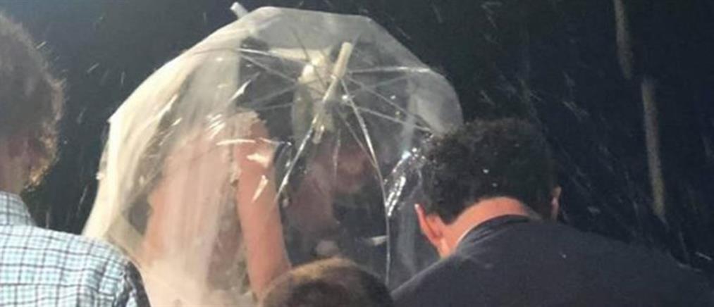 Με κράνος ο γαμπρός, με ομπρέλα η νύφη (βίντεο)