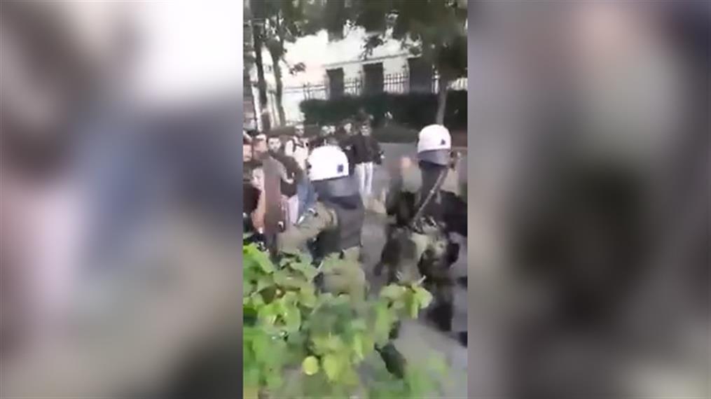 ΑΣΟΕΕ: Αστυνομικός χτυπά και κλωτσά νεαρή