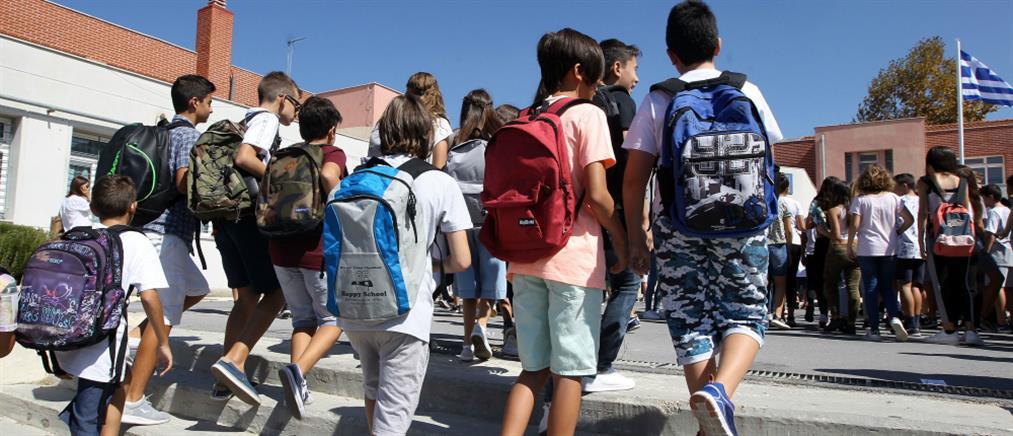 Δήμος Αθηναίων: Διανέμει σε μαθητές τετράδια με αντικαπνιστικό μήνυμα