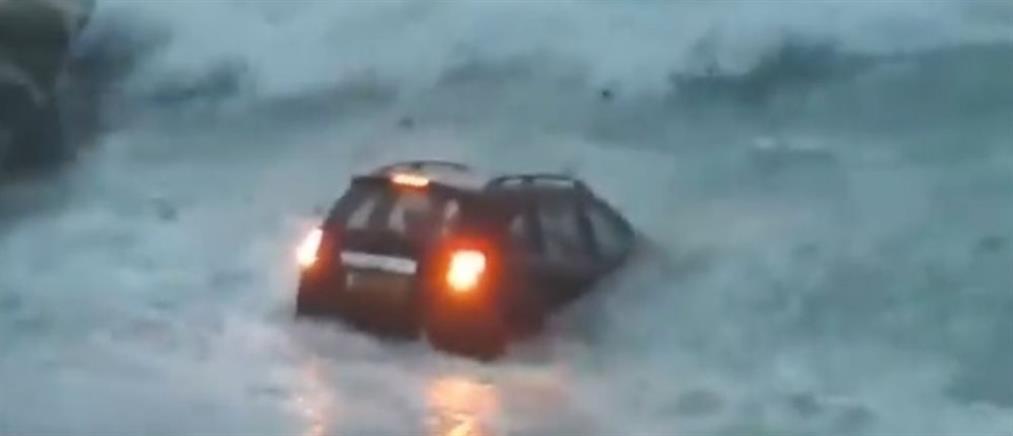 Αυτοκίνητο κατέληξε στα... μανιασμένα κύματα (εικόνες)
