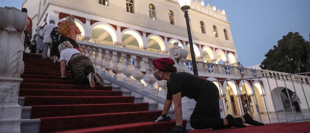 Τήνος: Δεκαπενταύγουστος με αποστάσεις και μάσκες στην Παναγία (εικόνες)