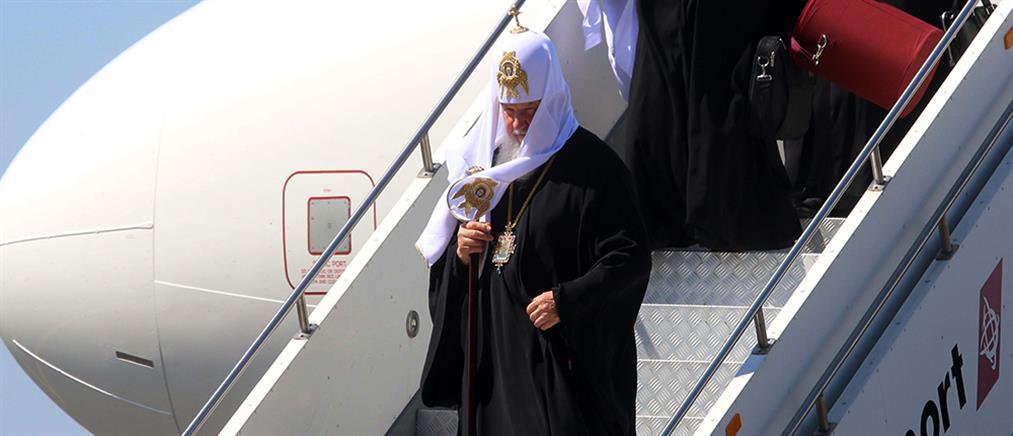 Δώρο… χρυσό κινητό με διαμάντια και έναν σταυρό στον Πατριάρχη Κύριλλο (φωτό)