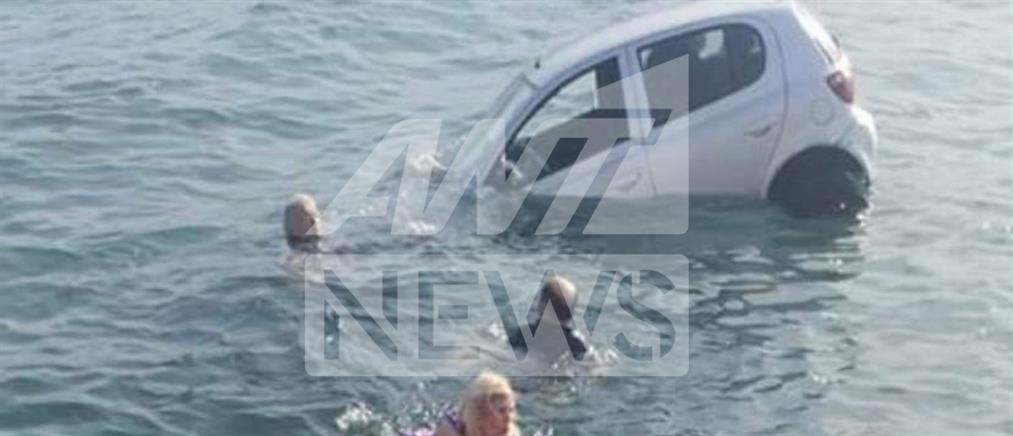 Αυτοκίνητο έπεσε στη θάλασσα αντί να μπει στο πλοίο (βίντεο)