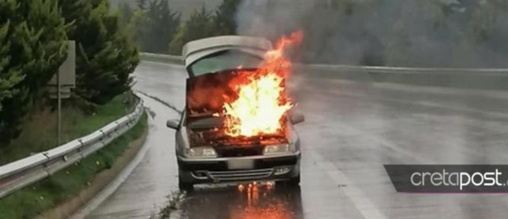 """Αυτοκίνητο """"λαμπάδιασε"""" εν κινήσει (εικόνα)"""
