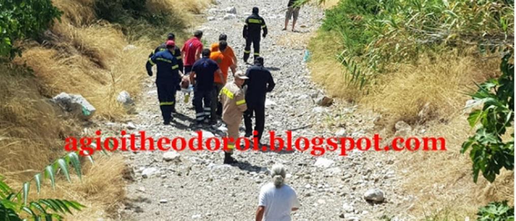 """Αυτοκίνητο παρέσυρε πεζό και τον """"πέταξε"""" σε ρέμα (εικόνες)"""