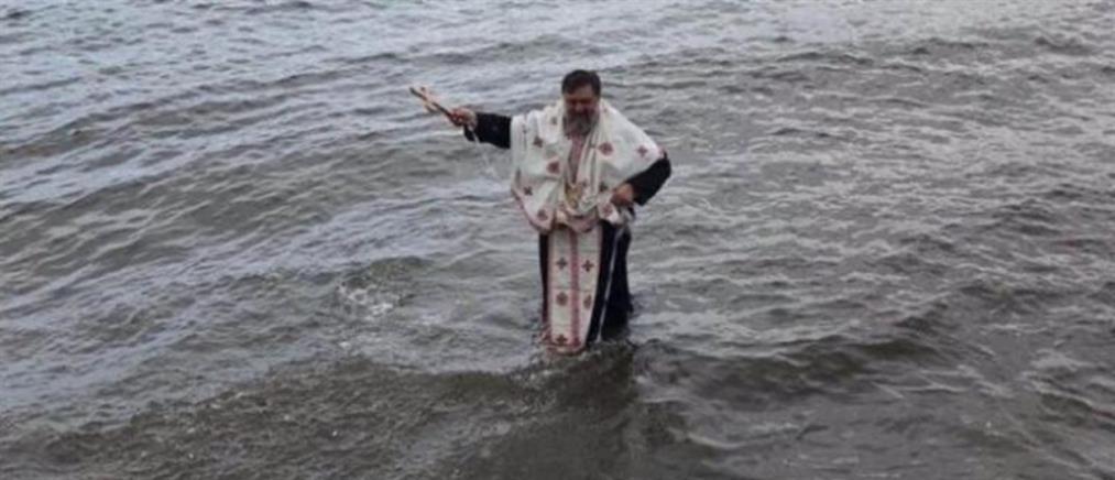 Θεοφάνια: Δεν βούτηξε κανείς για τον Σταυρό και… έπεσε ο παπάς (εικόνες)