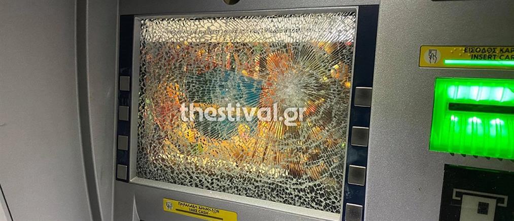 Επίθεση με βαριοπούλες σε τράπεζα (εικόνες)