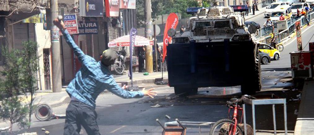 Μολότοφ, πέτρες και δακρυγόνα σε πόλεις της Τουρκίας