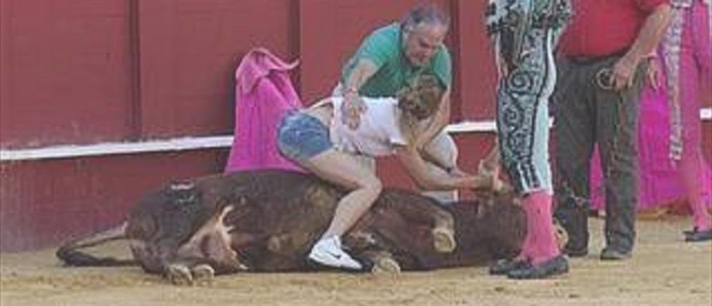 Ακτιβίστρια αγκάλιασε ταύρο σε αρένα για να μην τον θανατώσουν